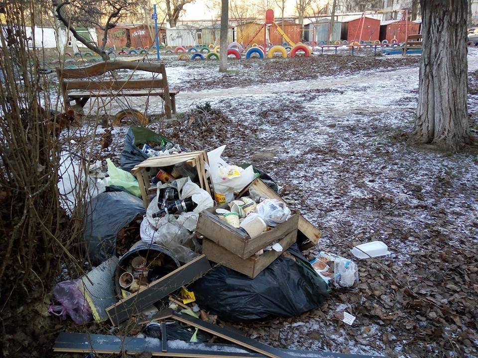 Кто устроил стихийную свалку в центре Херсона, фото-1