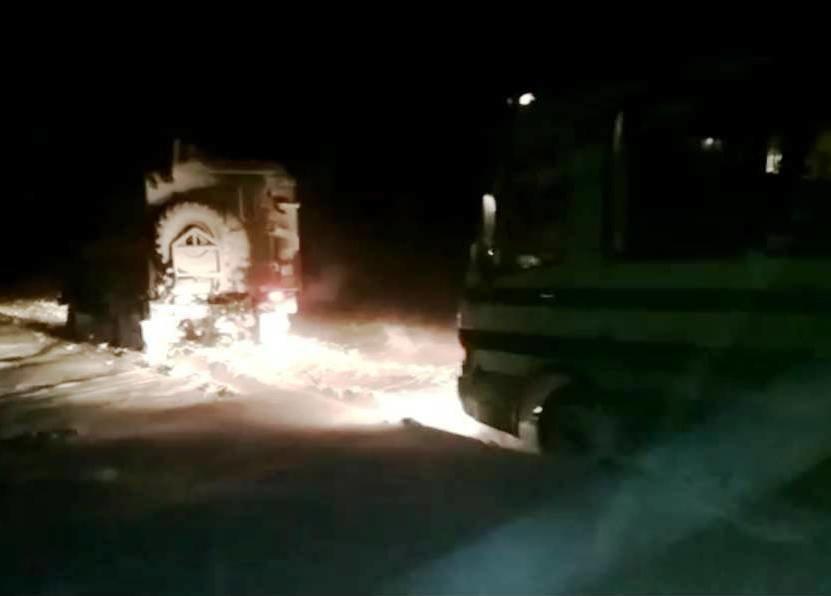 Рятувальники буксирували автобус з пасажирами, що застряг на засніженій трасі поблизу с. Таврія , фото-1