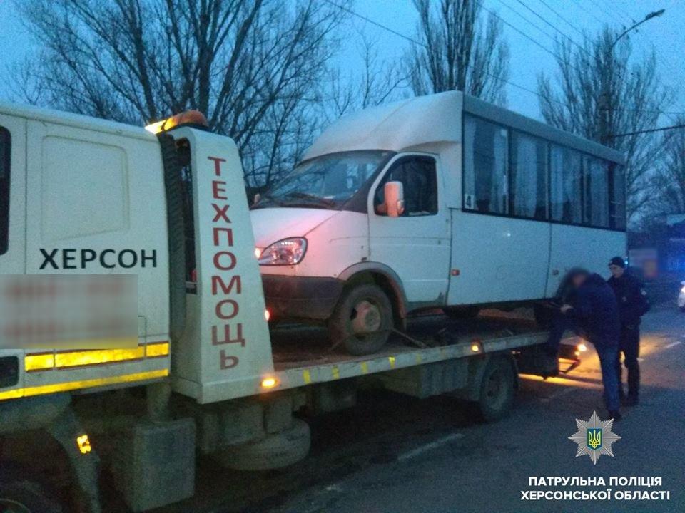 Эвакуацией автобуса и админпротоколом началось утро для херсонского маршрутчика , фото-1