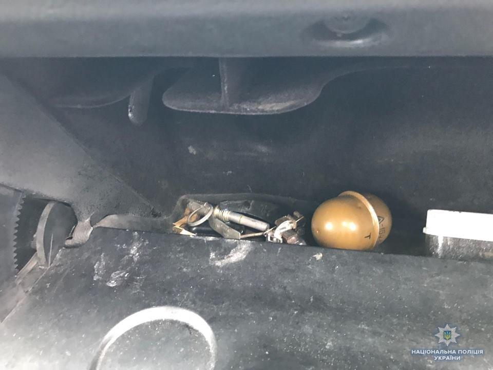 В Генічеському районі поліцейські в бардачку автомобіля виявили гранату , фото-1