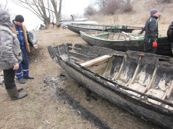 На березі Каховського водосховища горіли рибацькі човни, фото-1