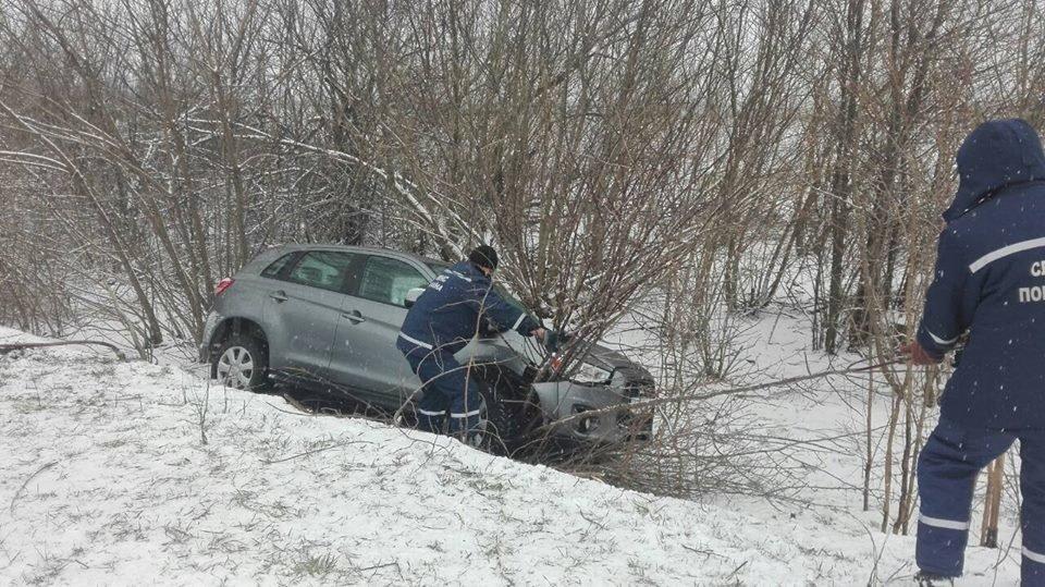Бериславські рятувальники деблокували автомобіль зі снігового замету, фото-1