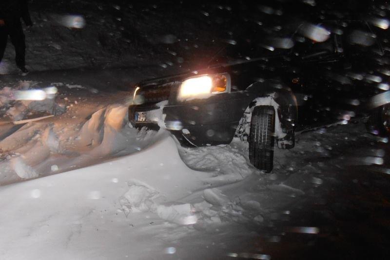 Ночью на Херсонщине в снежных заносах застряли два автомобиля, фото-1