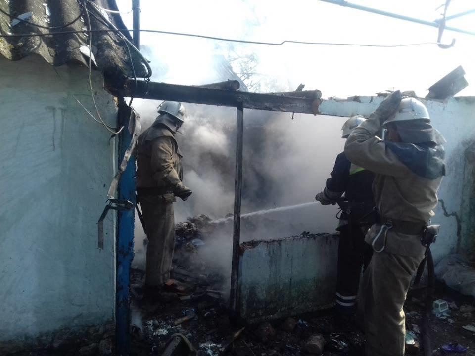 На Херсонщині рятувальники загасили пожежу у приватній будівлі, фото-1
