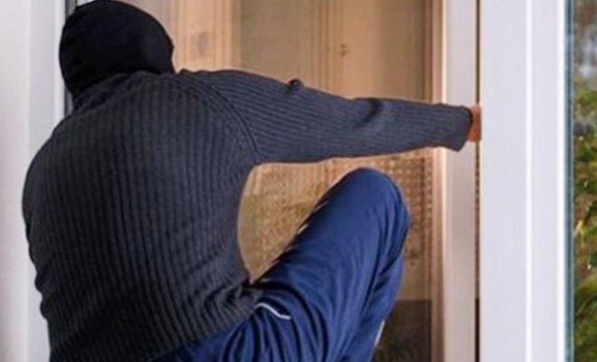 На Херсонщине вор проник в квартиру, выломав балконную дверь, фото-1