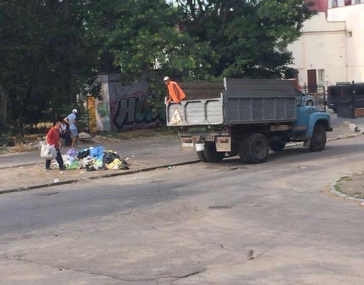 Горы мусора «оккупировали» улицы Херсона, фото-1