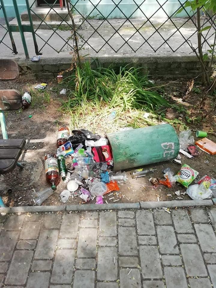 На Херсонщине детская площадка превратилась в свалку и притон (фото), фото-4