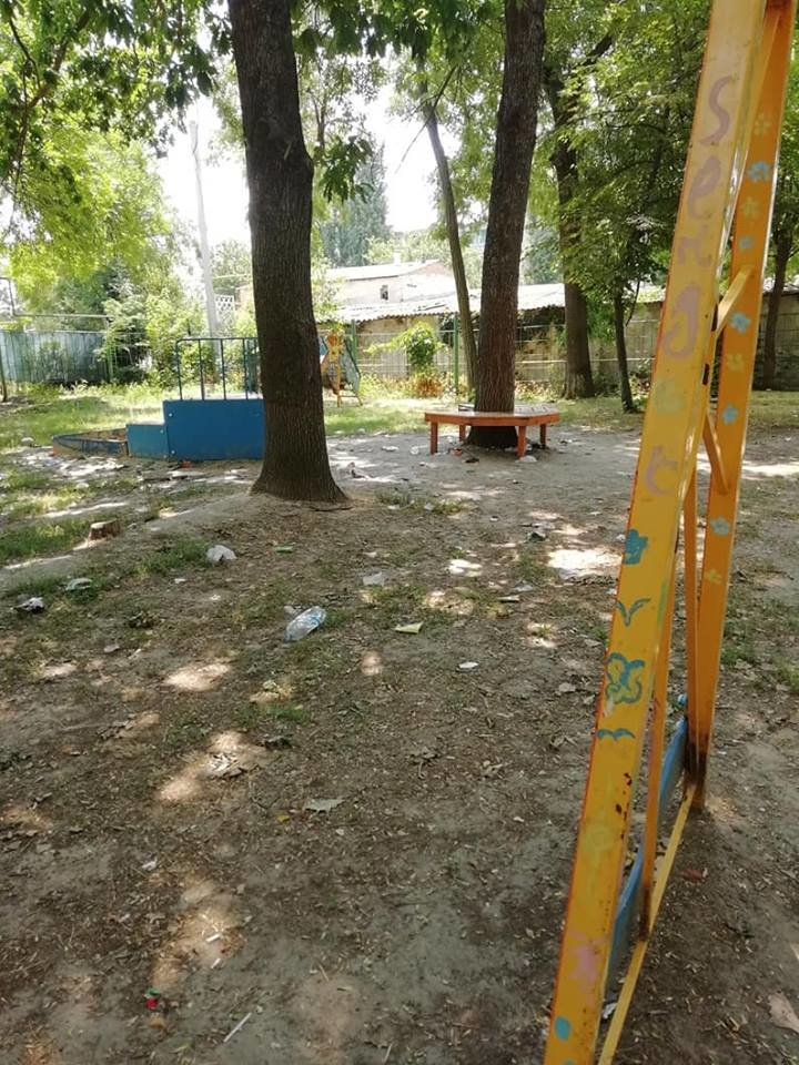 На Херсонщине детская площадка превратилась в свалку и притон (фото), фото-5