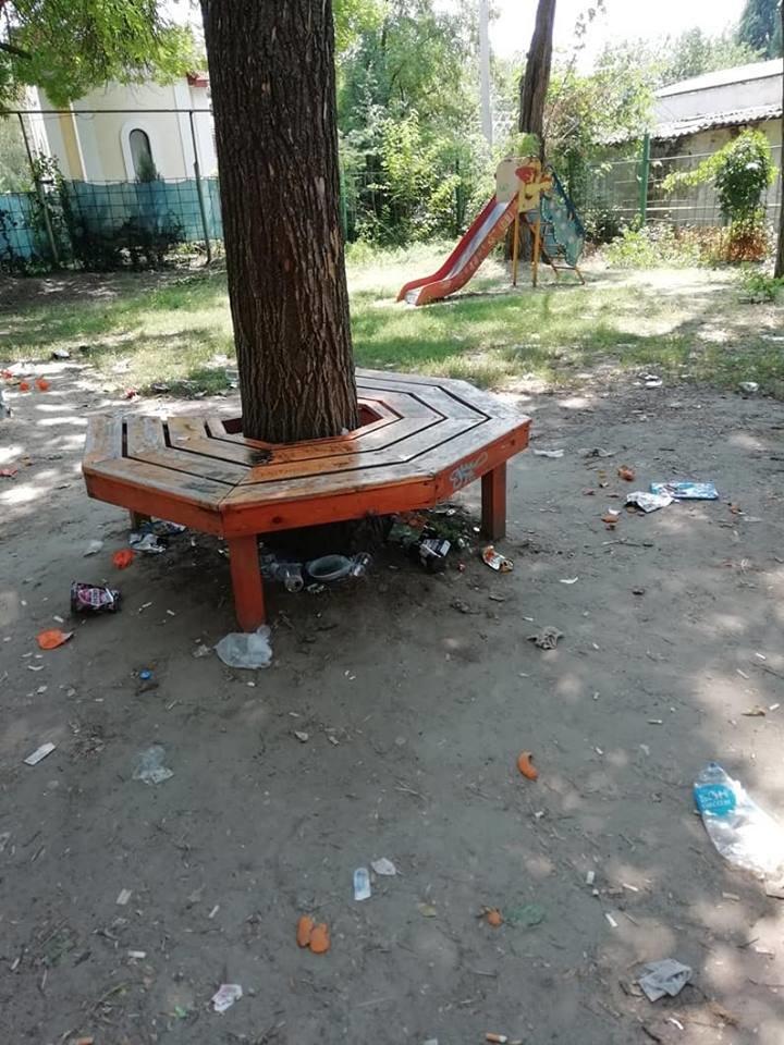 На Херсонщине детская площадка превратилась в свалку и притон (фото), фото-1