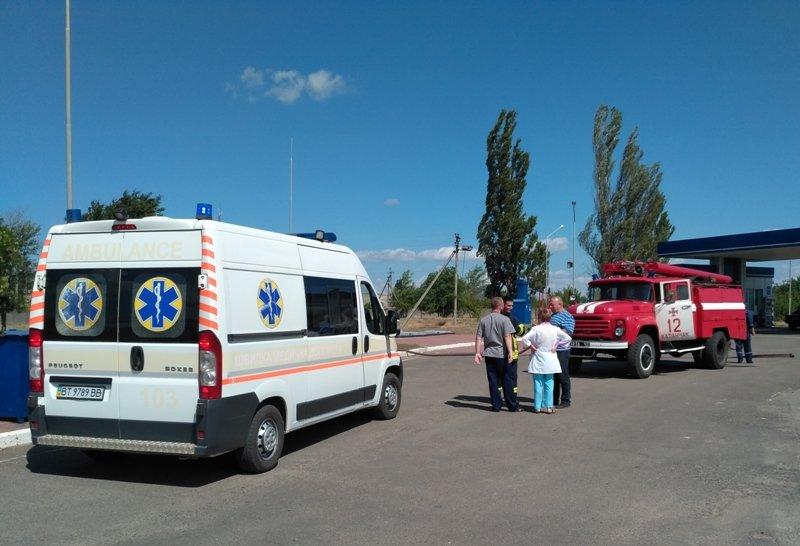 """На Херсонщині рятувальники """"гасили"""" пожежу на автозаправній станції, фото-2"""