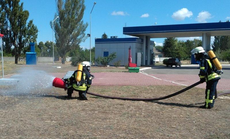 """На Херсонщині рятувальники """"гасили"""" пожежу на автозаправній станції, фото-3"""