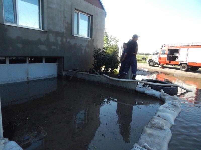 Скадовські рятувальники допомагали населенню по відкачці води, фото-1
