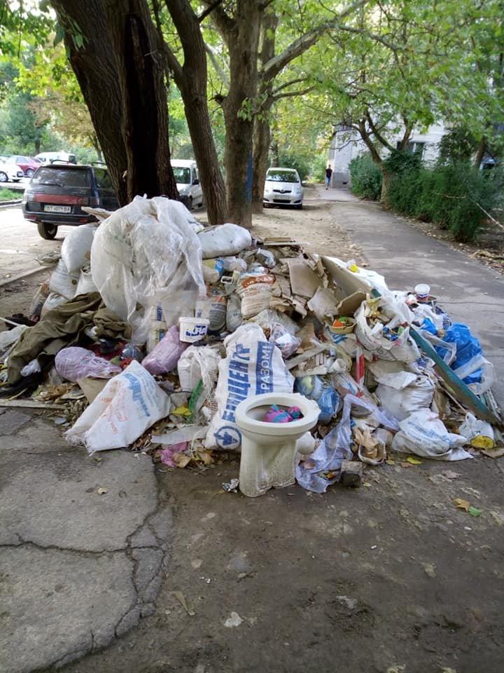 Горы мусора и свастика - реалии херсонских дворов (фото), фото-4