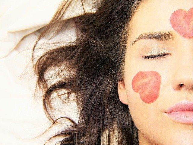 Які засоби макіяжу обов'язково повинні бути в жіночій косметичці?, фото-1