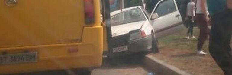 В Херсоне легковушка врезалась в маршрутку - пенсионеру стало плохо за рулем
