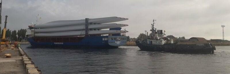 В Скадовск пришел очередной груз лопастей для строящейся Мирненской ветроэлектростанции