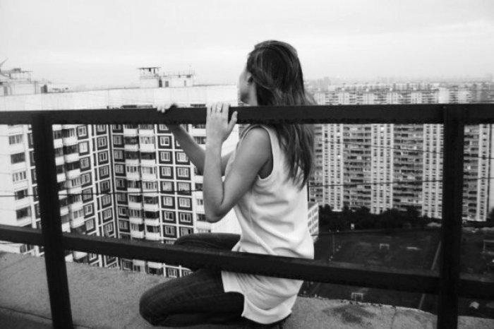 В Херсоне 15-летняя девушка хотела броситься вниз с крыши недостроенной многоэтажки
