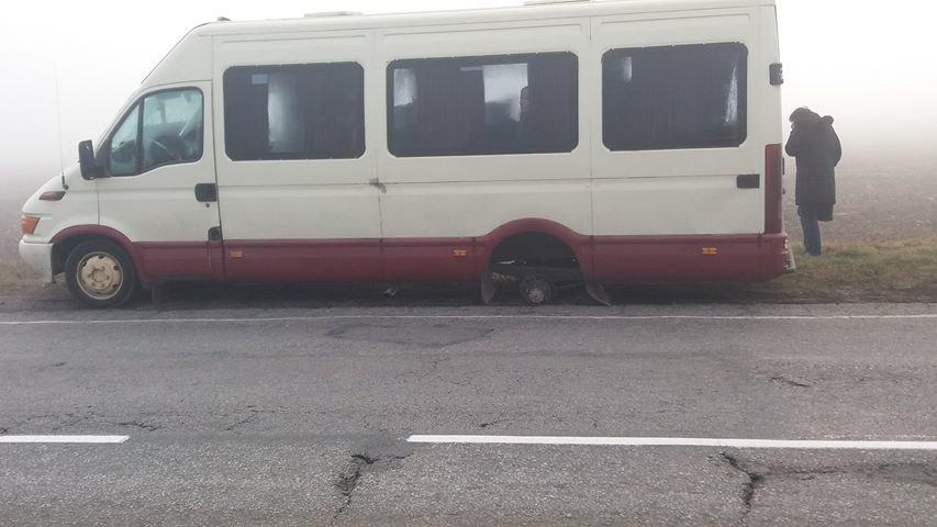 У маршрутки на ходу отлетело два колеса: шокированы пассажиры, ехавшие в Новую Каховку