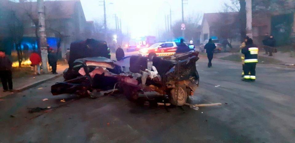 Жуткое ДТП в центре Херсона: иномарку разорвало в клочья, водитель мертв, пассажирка в реанимации