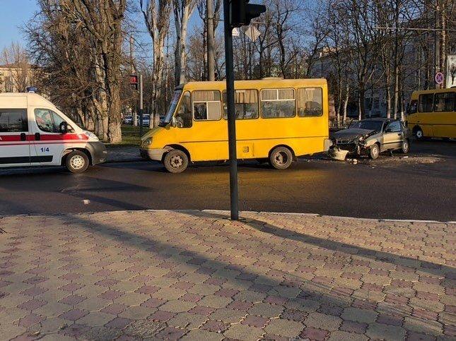 Движение транспорта в центре Херсона заблокировало ДТП: легковушка влетела в автобус